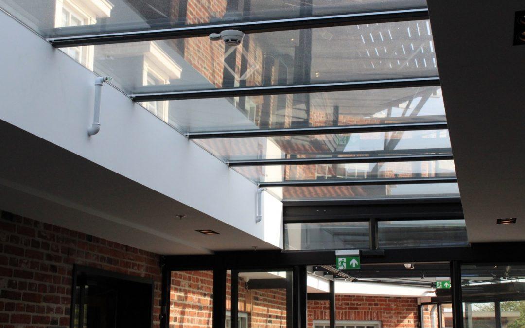 Corridor met glazen dakconstructie